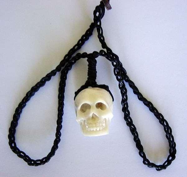 Halskette mit Totenkopf aus Knochen